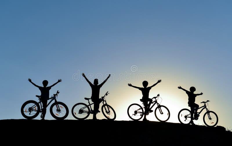 Młoda cyklisty jeżdżenia grupa fotografia royalty free