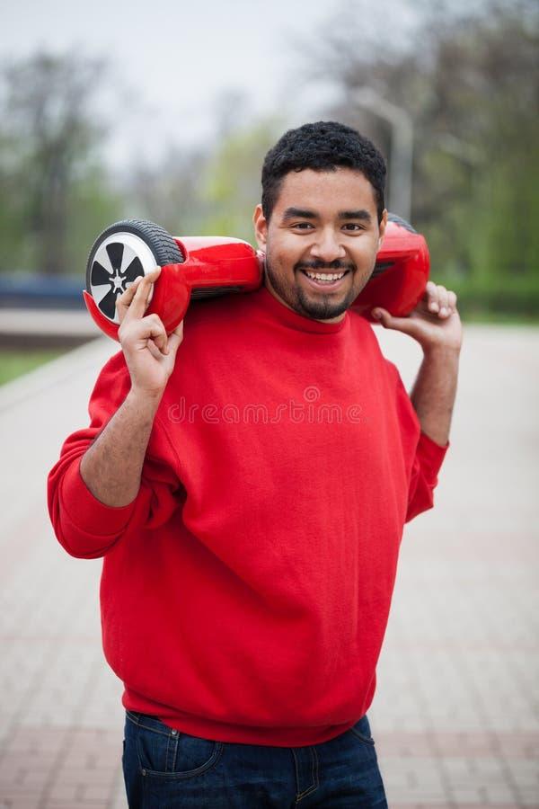 Młoda czarna chłopiec z elektryczny mini segway unosi się deskową hulajnoga fotografia stock