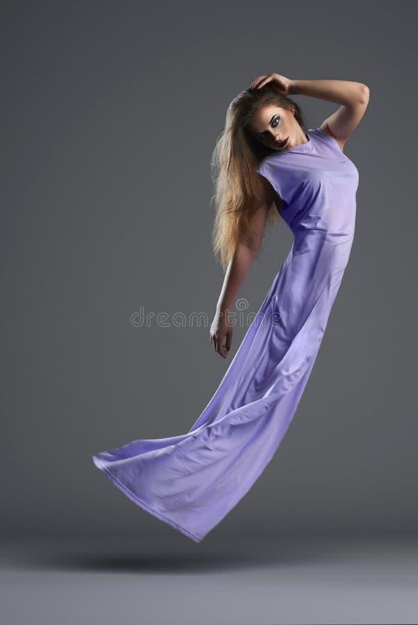 Młoda czarodziejska kobieta lata up zdjęcie stock