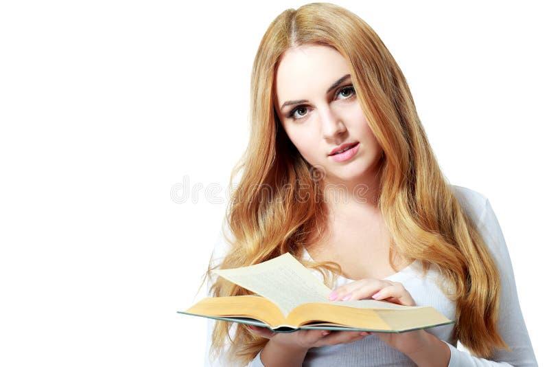 Młoda czytelnicza kobieta fotografia stock