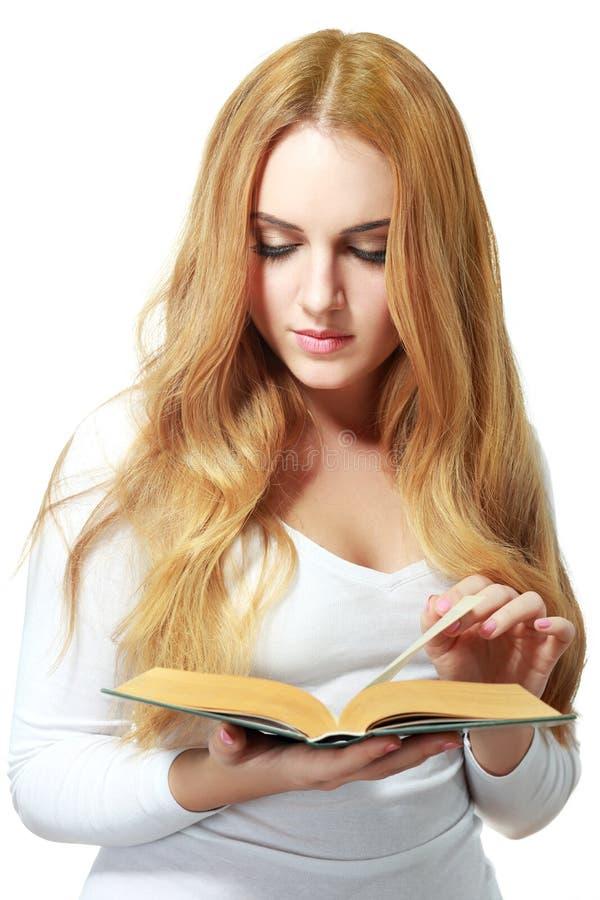 Młoda czytelnicza kobieta zdjęcie stock