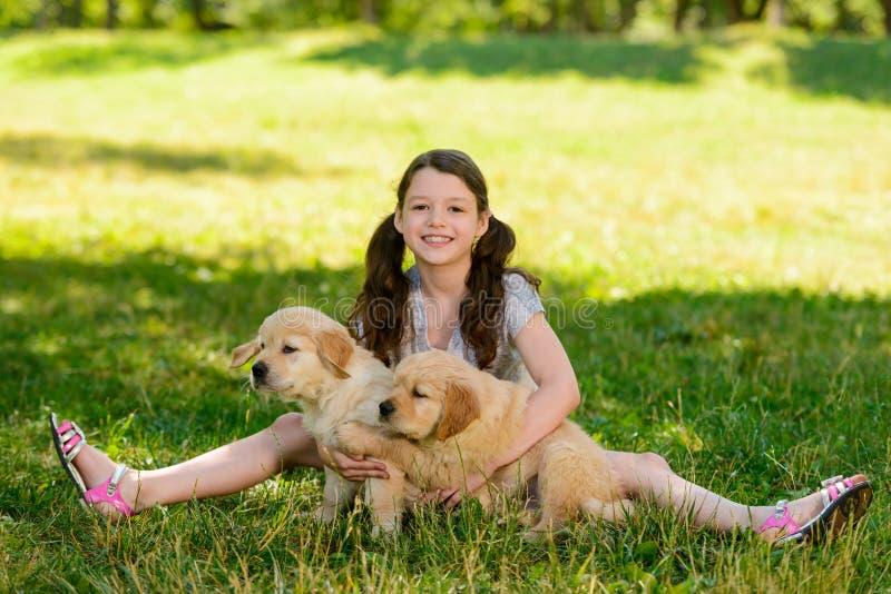 Młoda dama bawić się z psami obrazy stock