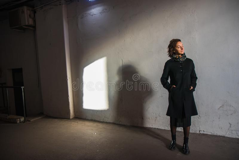 Młoda dama cieszy się słońce promienie przy zmierzchem w tunelu zdjęcie royalty free
