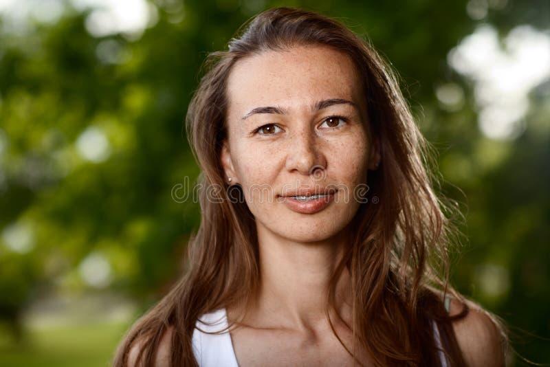 Młoda dama outdoors zdjęcia stock