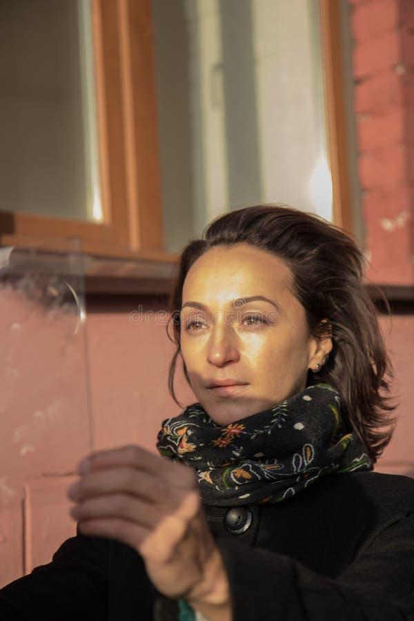 Młoda dama patrzeje przez szkła obrazy stock