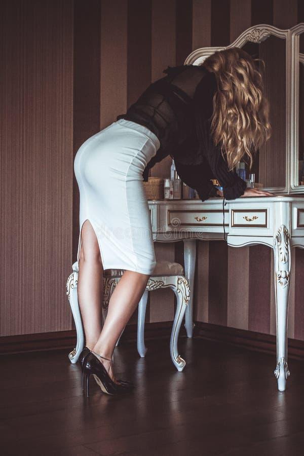 Młoda dama patrzeje w lustrze z chłodno ciało kształtem zdjęcia royalty free