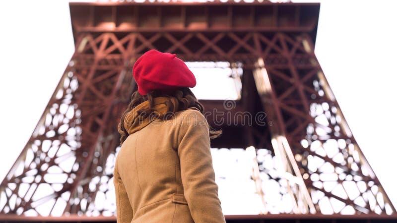 Młoda dama patrzeje wieżę eifla, zwiedzająca wycieczka turysyczna podczas wakacje w Paryż fotografia stock