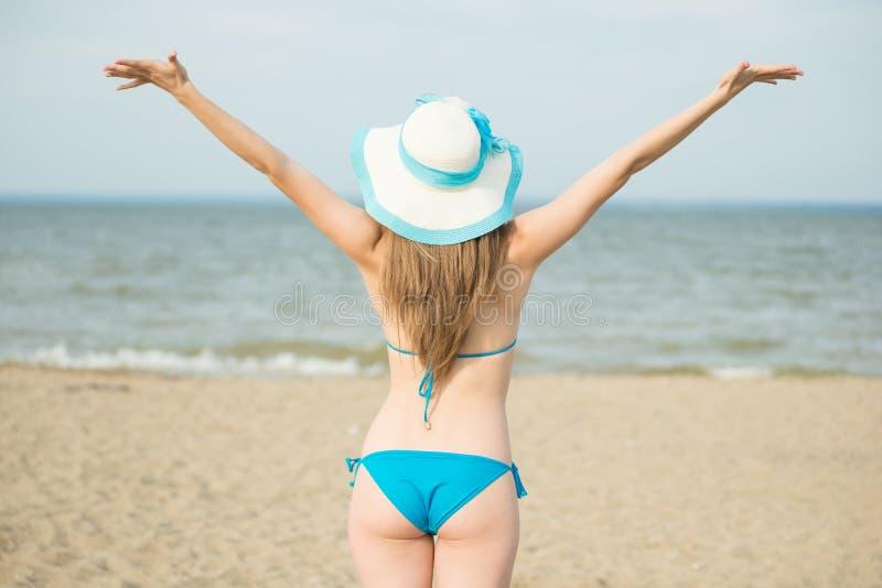 Młoda dama sunbathing na plaży Piękna kobieta pozuje przy obraz stock