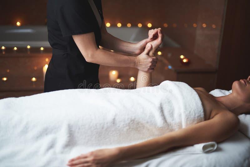 Młoda dama uśmierza masaż ręka stres obraz royalty free