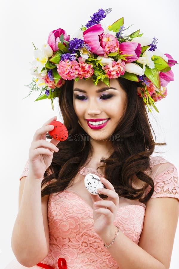 Młoda dama uderza dwa barwił jajka, Easter wystrój zdjęcia royalty free