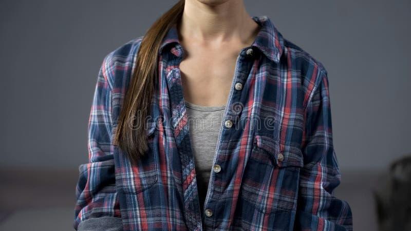 Młoda dama w przypadkowych ubraniach w domu, będący ubranym dużych rozmiarów mężczyzna szkockiej kraty koszula, moda obrazy royalty free