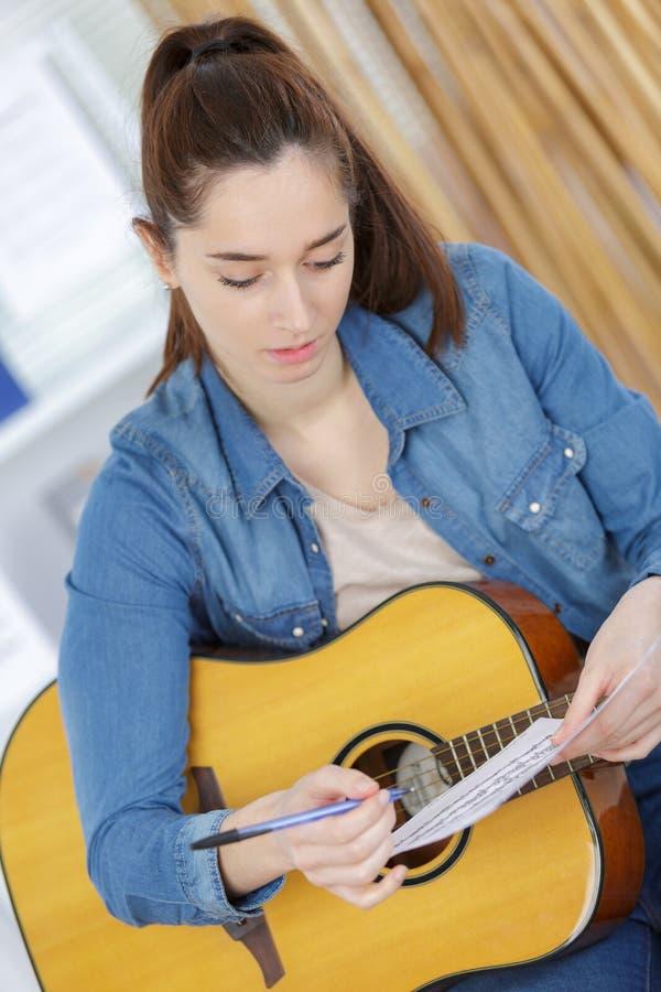 Młoda dama z gitarą i szkotową muzyką obrazy stock