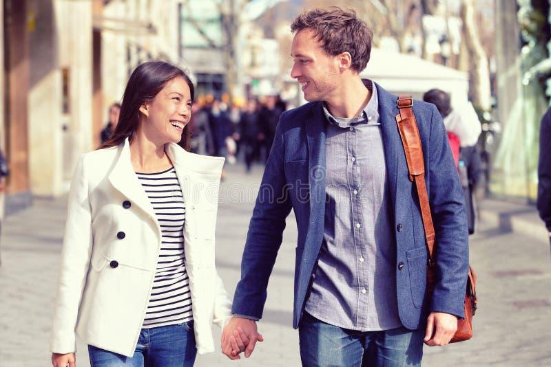 Młoda datowanie para flirtuje chodzić w mieście obrazy royalty free