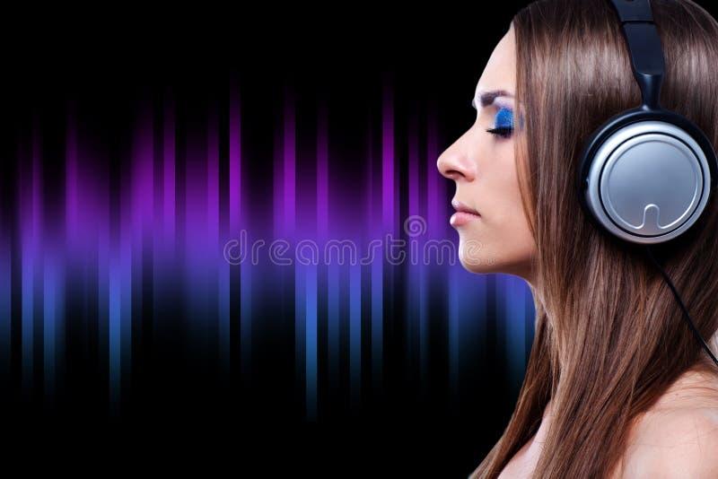 Młoda DJ kobieta cieszy się muzykę obrazy stock