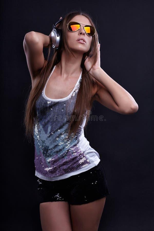 Młoda DJ kobieta cieszy się muzykę zdjęcie royalty free