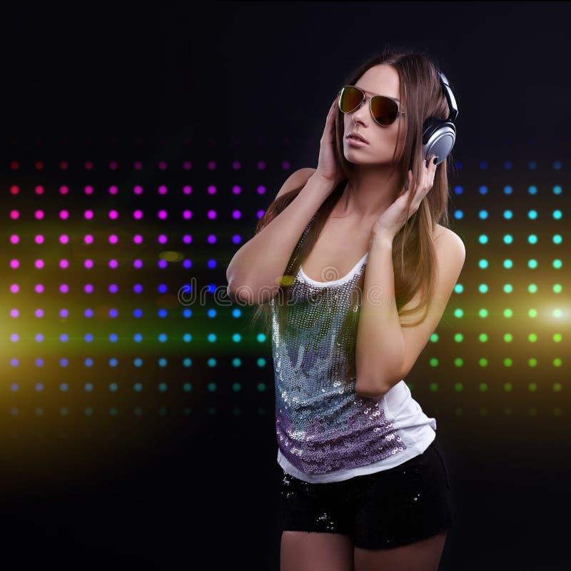 Młoda DJ kobieta cieszy się muzykę obraz stock