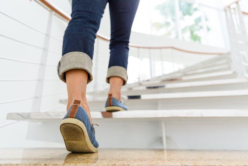 Młoda dorosła kobieta chodzi w górę schodków fotografia royalty free