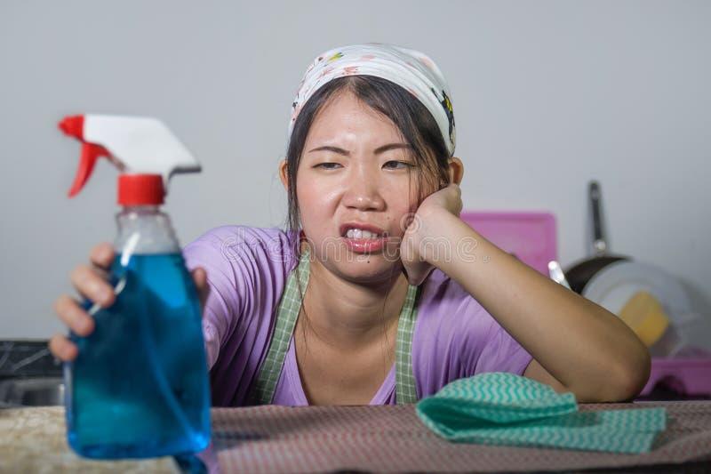 Młoda dosyć sfrustowana, zapracowana Azjatycka chińczyk usługa gosposi kobieta pracuje domowego domowego kuchennego stresse i obrazy royalty free