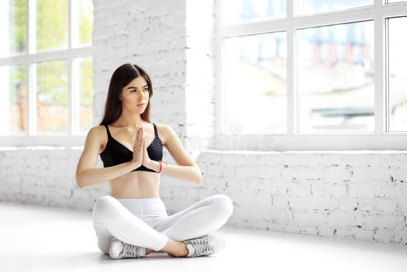Młoda dziewczyna ćwiczy jogę i medytację. Koncepcja sportu, zdrowego stylu życia, sprawności fizycznej zdjęcie stock