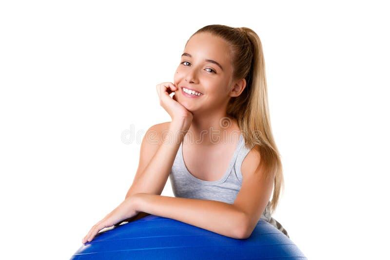 Młoda dziewczyna ćwiczy z ćwiczenie piłką up podczas treningu zakończenia obraz royalty free