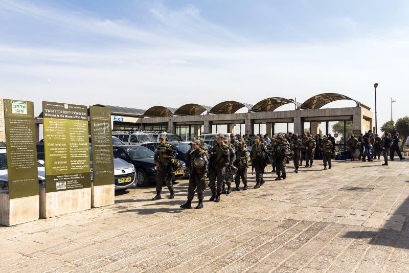 Młoda dziewczyna żołnierzy IDF przychodził western ściana ochraniać pielgrzymów w dniach wzmacniający ataka muzułmanina terroryśc obrazy stock