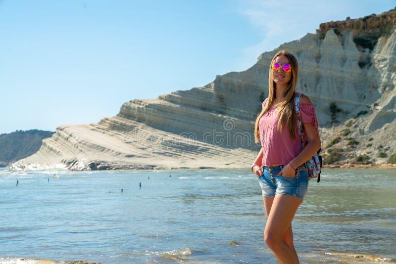 Młoda dziewczyna bada Turchi białe falezy na Sicily wyspie obraz stock