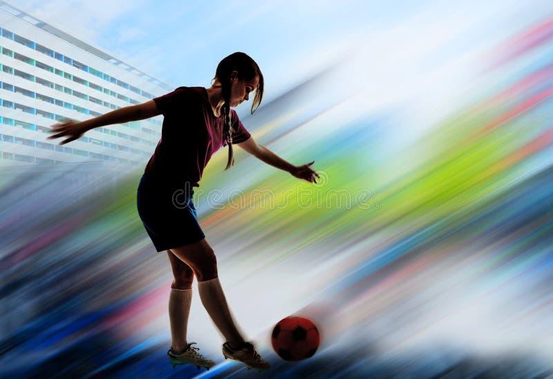Młoda dziewczyna bawić się futbol fotografia stock