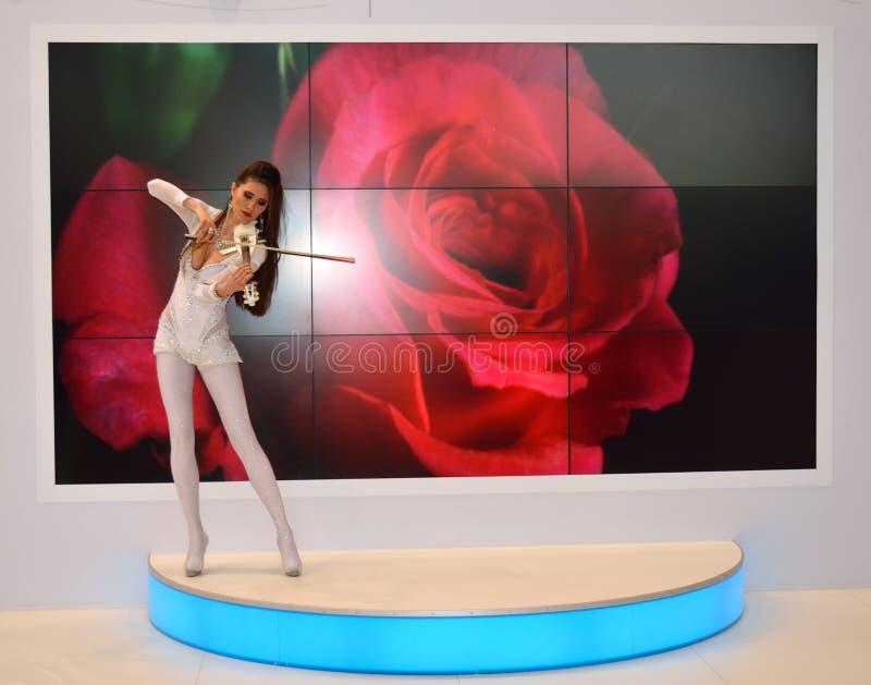 Młoda dziewczyna bawić się skrzypce na powystawowym centrum obrazy royalty free
