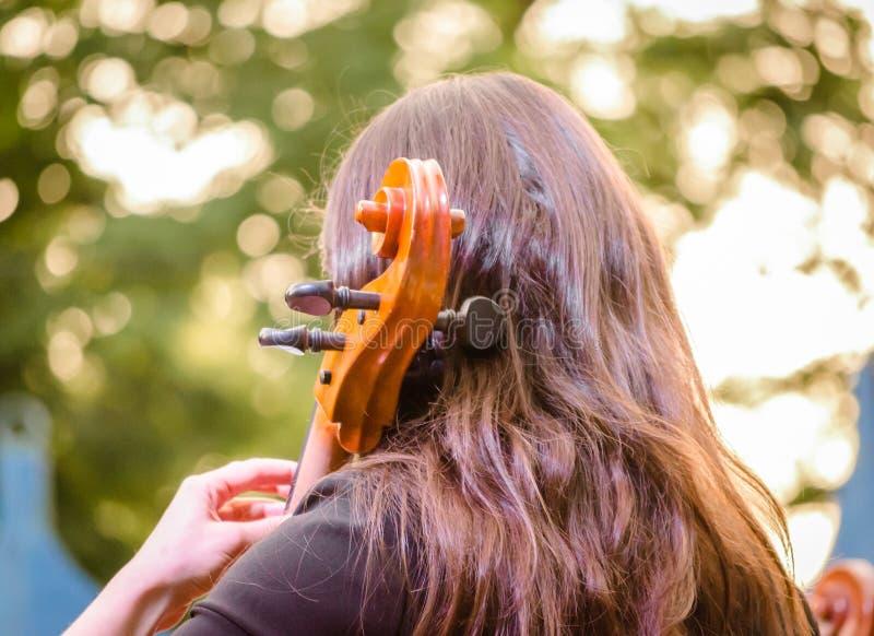 młoda dziewczyna bawić się wiolonczelę na ulicie zdjęcia stock