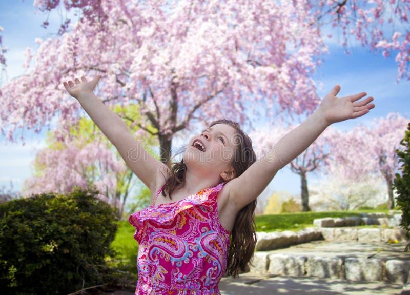 Młoda dziewczyna bierze głębokiego oddech cieszy się wolność zdjęcia stock