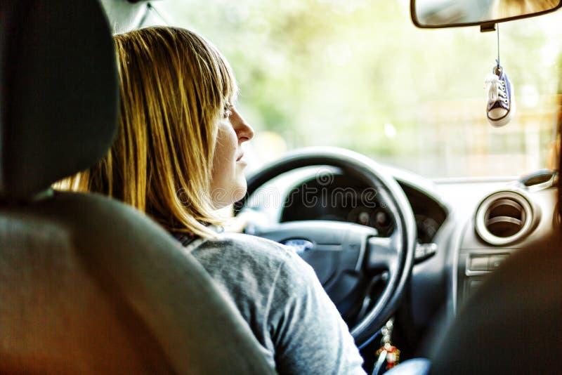 Młoda dziewczyna, bizneswoman, samochód, lato, transport, caucasian, przejażdżka, Lekki połysku nieba pojęcie, tylny widok zdjęcia stock