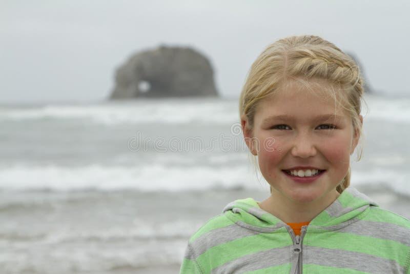 Młoda dziewczyna bliźniaczymi skałami na Rockaway plaży Oregon obrazy royalty free