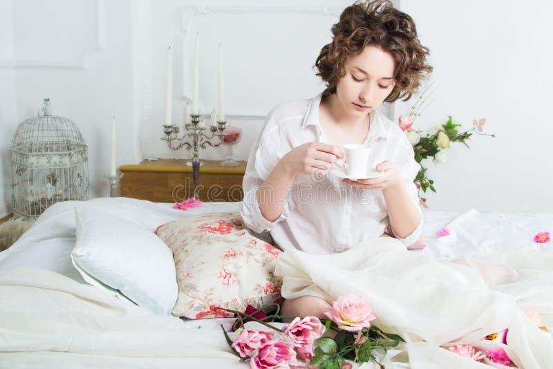 Piękna dziewczyna przy rankiem zdjęcia royalty free