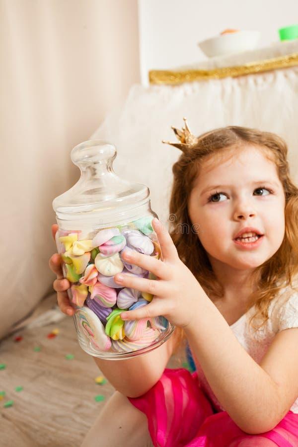 Młoda dziewczyna chce niektóre cukierki zdjęcia stock