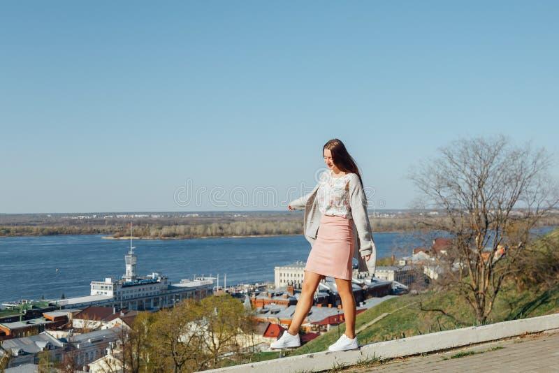 Młoda dziewczyna chodzi na bulwarze miasto zatoka obrazy stock