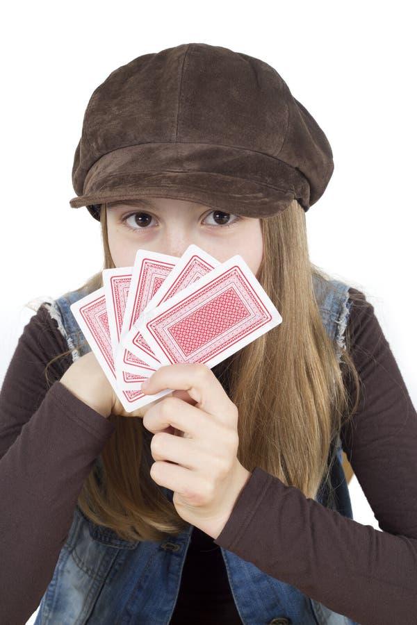 Młoda Dziewczyna Chuje Za karta do gry W Jej ręce, studio Strzelał Odosobnionego Na Białym zbliżeniu obraz stock