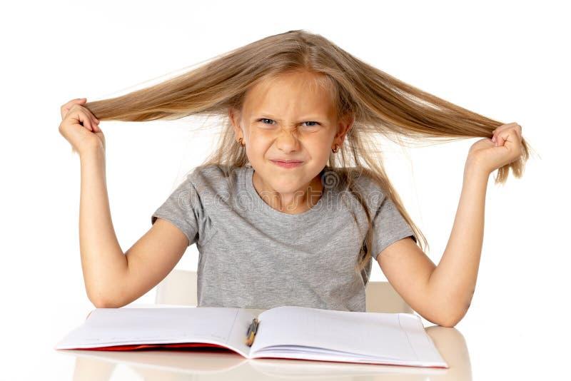 Młoda dziewczyna ciągnie jej włosy w stresie nad pracującym edukaci pojęciem i zdjęcia stock