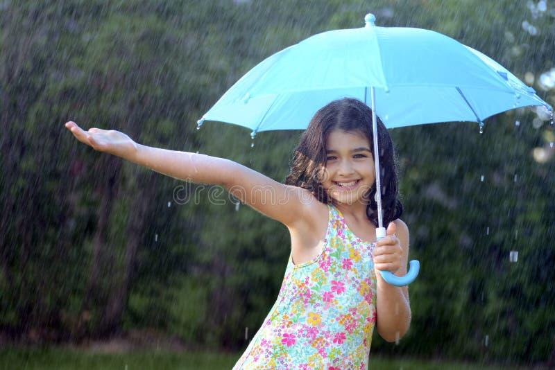 Młoda dziewczyna cieszy się deszcz obrazy stock