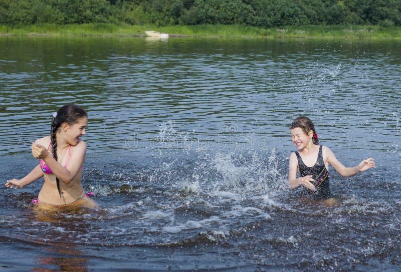 młoda dziewczyna dostaje dużego pluśnięcie woda fotografia royalty free