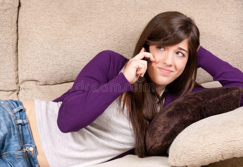 Młoda dziewczyna dotyczę target574_0_ telefonem obrazy stock