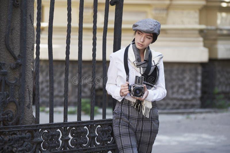 Młoda dziewczyna fotograf fotografia stock