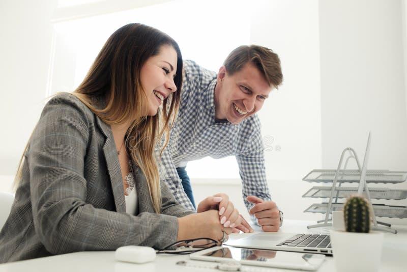 Młoda dziewczyna i mężczyzna pracuje w biurze przy stołem fotografia royalty free