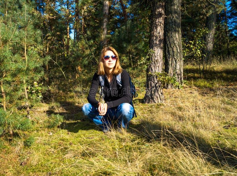 Młoda dziewczyna jest turystą w lesie obraz royalty free