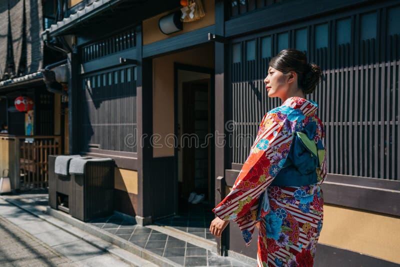 Młoda dziewczyna jest ubranym kimono dla pierwszy czasu fotografia stock