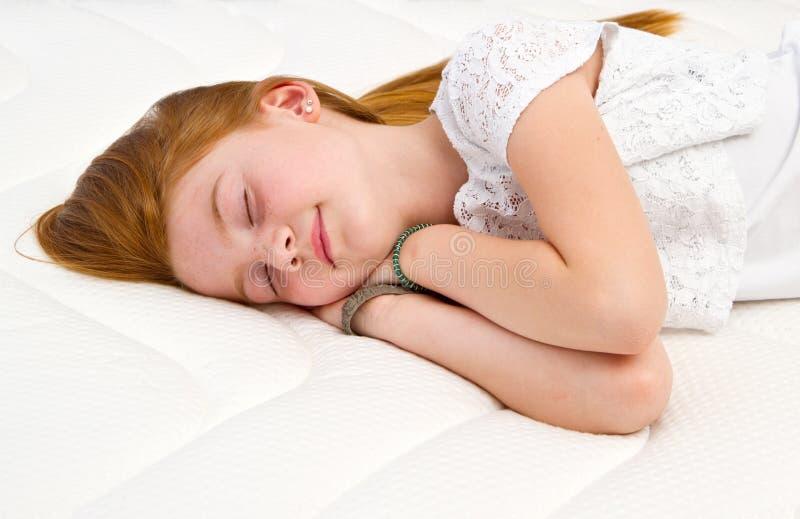 Młoda dziewczyna kłama na łóżku Ilości materac obrazy royalty free