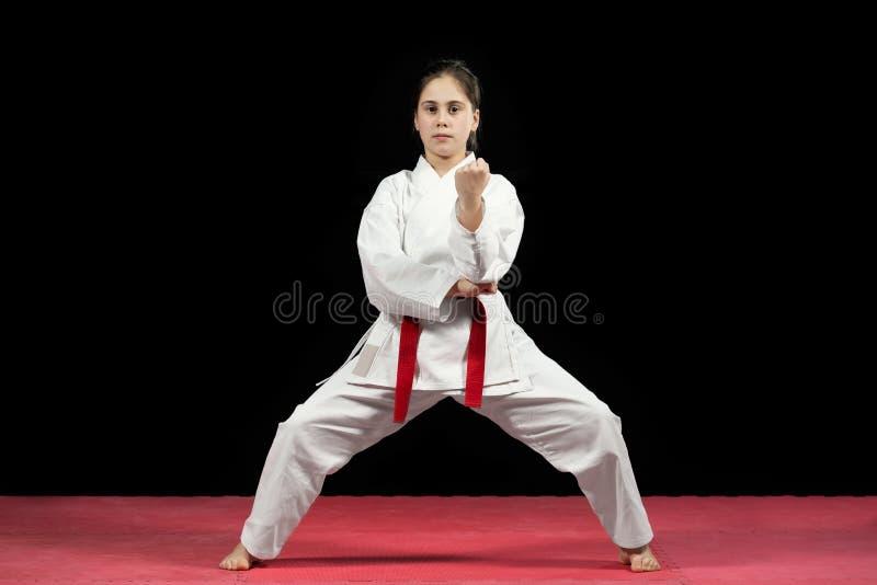 Młoda dziewczyna karate preforming sztuki samoobrony obraz royalty free