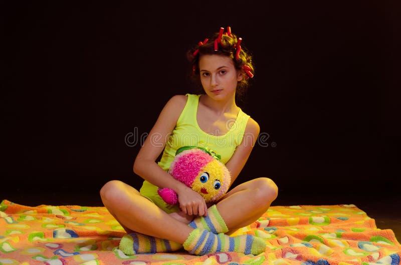 Młoda dziewczyna ma zabawę przed sen zdjęcie royalty free