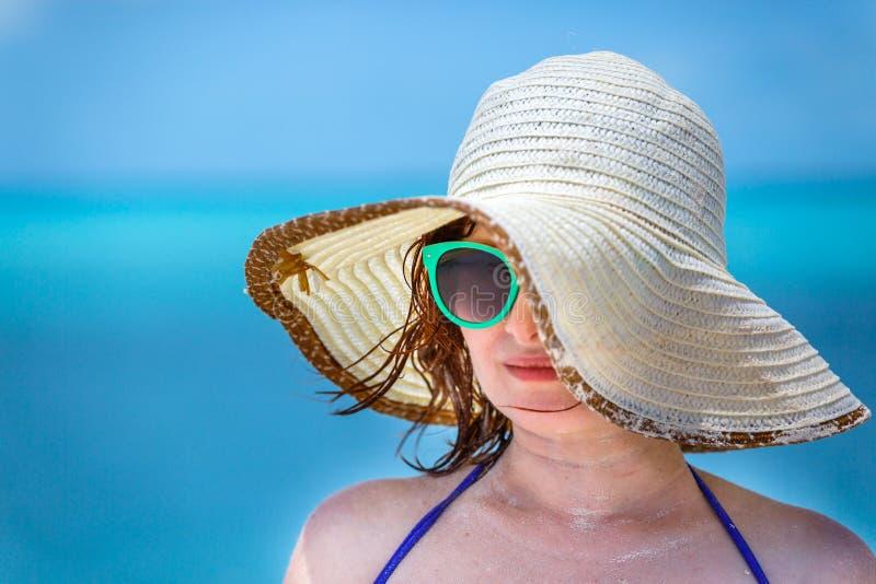 Młoda dziewczyna na plaży w zielonych szkłach obrazy stock