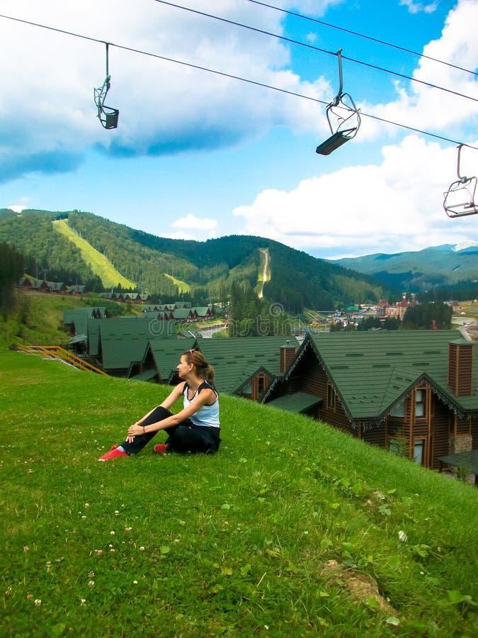 młoda dziewczyna odpoczynek w górach w trawie obrazy stock