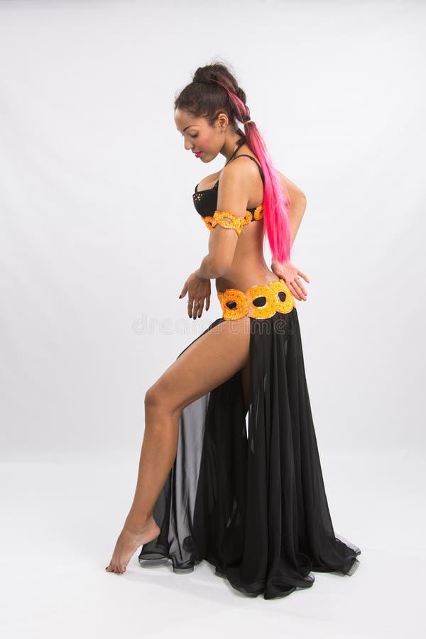 Młoda dziewczyna oliwkowy taniec w długiej czerni sukni szczerej zdjęcie stock